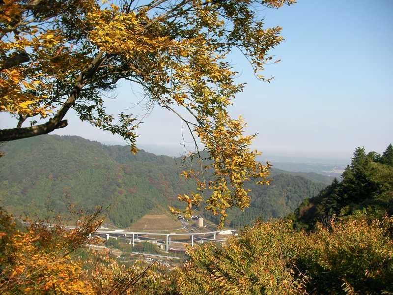 高尾山駅から中央道を望む
